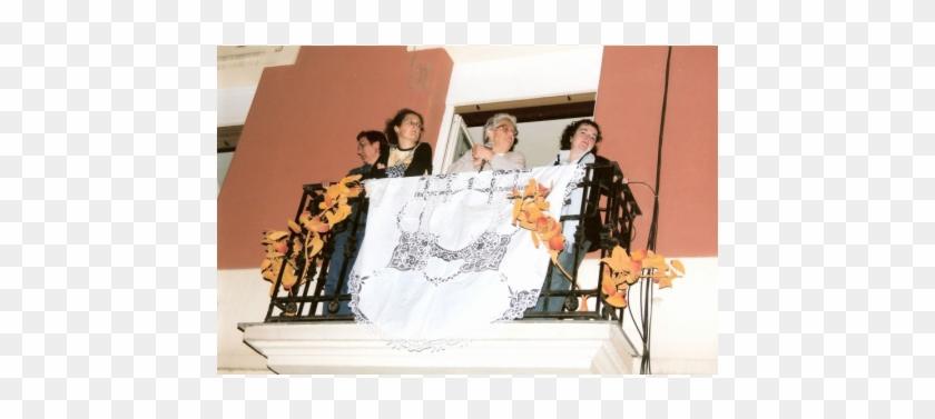 Un Travestí Se Lanza Al Suelo Con Los Brazos En Cruz, - Photographic Paper Clipart #3808656